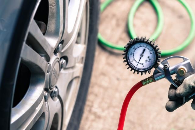 空気圧管理だけでは防げない!タイヤが走行中に破裂してしまう原因とは