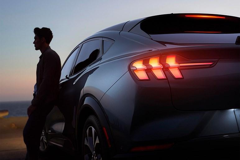 """フォード、マスタングのEV版を発表。""""らしさ""""をあしらったクロスオーバースタイルで登場"""