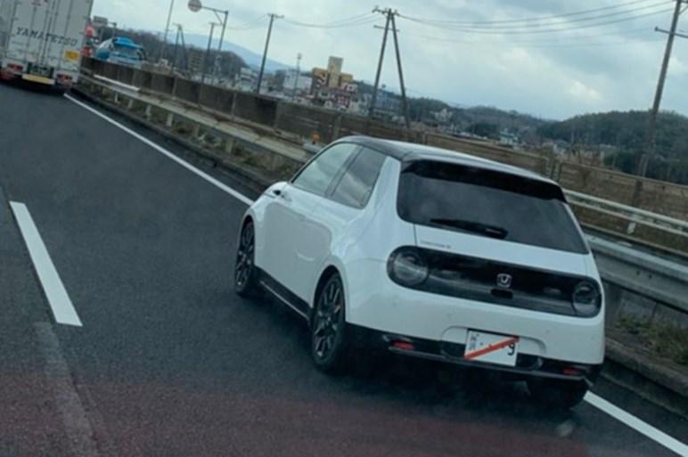 ホンダ初の電気自動車が国内販売カウントダウン!?  所沢ナンバーを名阪国道で目撃