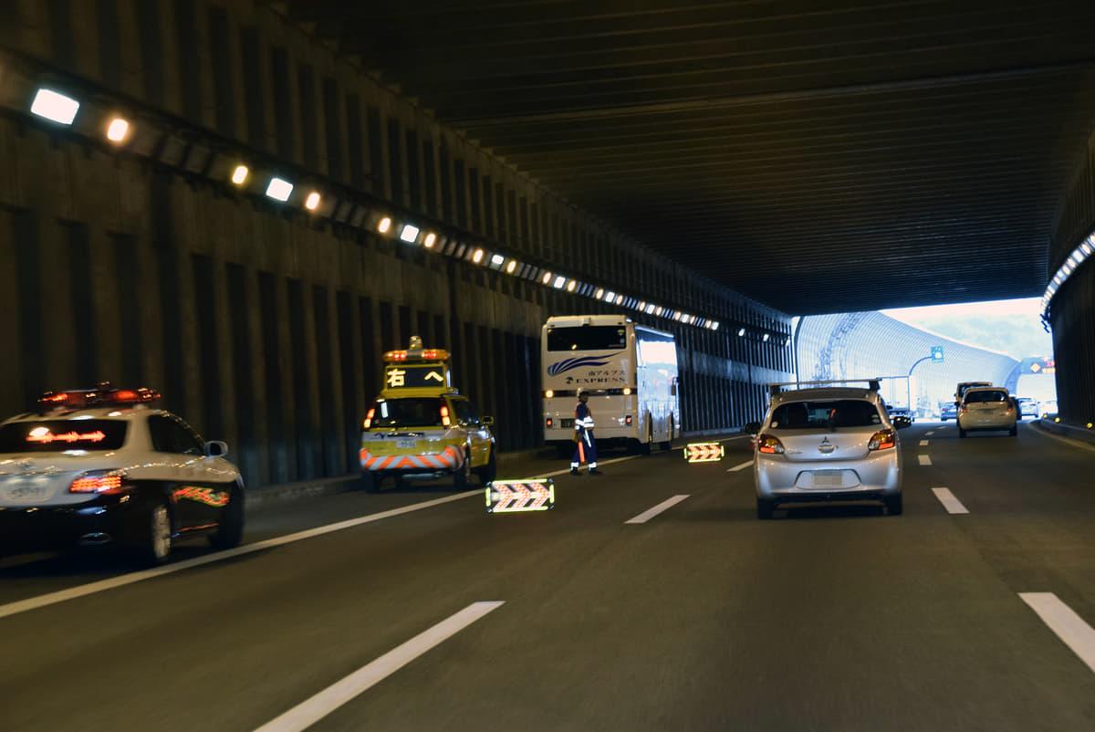 高速道路で人が轢かれる事故が増加中!歩行者はどこからやって来るのか