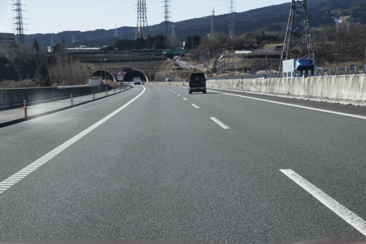 【意外と知らない交通ルール】道路のセンターライン「白色の実線と破線、黄色の実線はどう違う?」