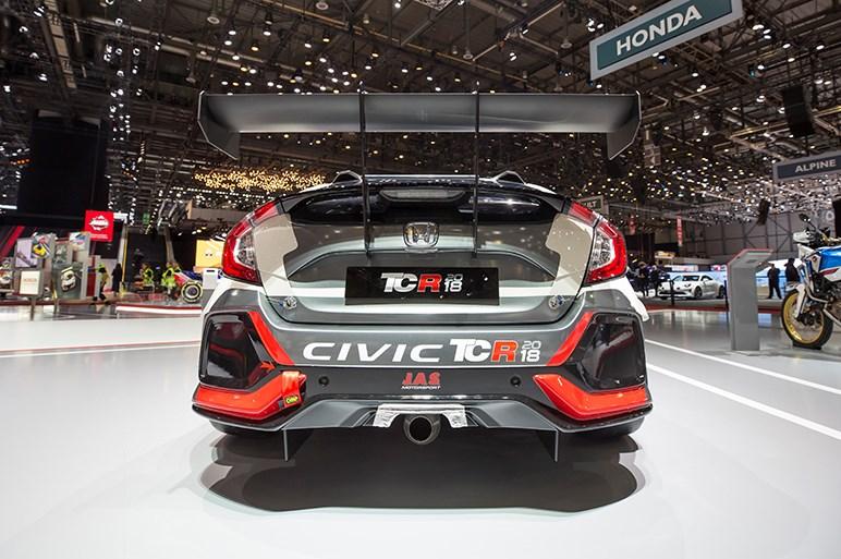 新型CR-V、ジュネーブショーに姿現す SUV風に仕立てたフィットも