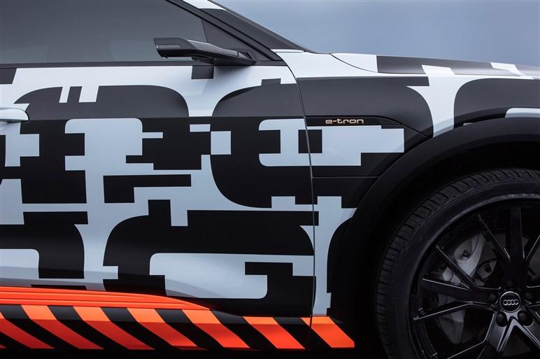 アウディ、初のピュアEVの試作車を披露 年内に発売へ