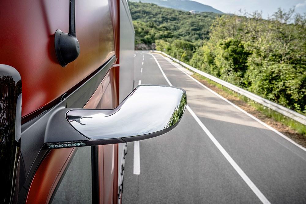 メルセデス・ベンツがついにドアミラー・レスを市販モデルに搭載。視線移動の大きなディスプレイの位置は正解なのか?