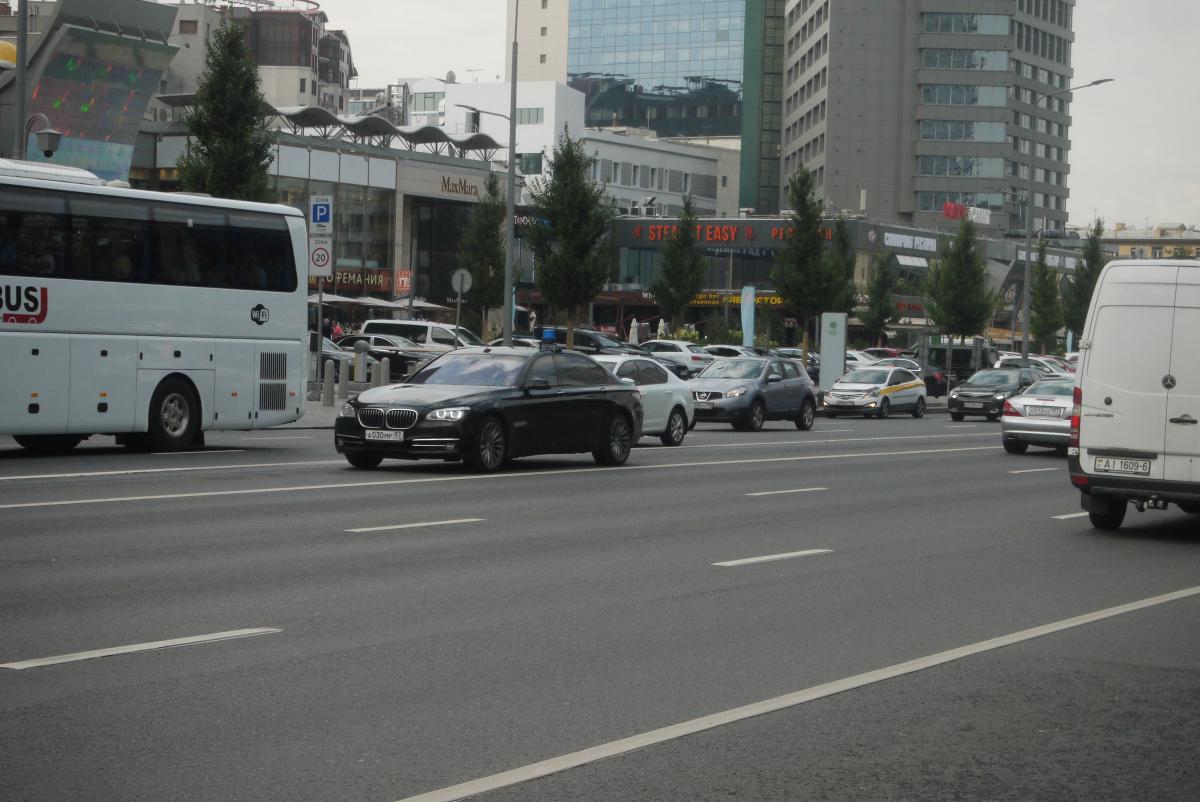 モスクワで高級車が爆走するど真ん中の特別車線「プーチンレーン」とは?