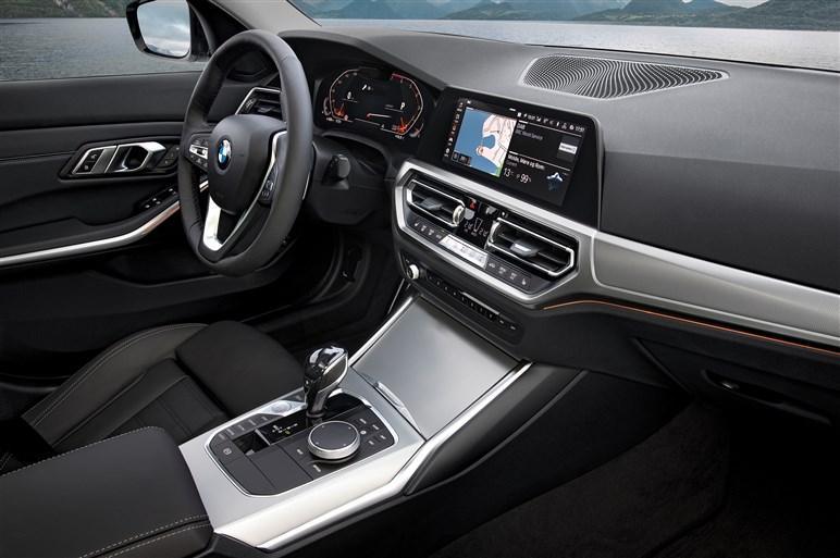 新型3シリーズはグリルがさらに大型化。フルデジタルメーターも設定