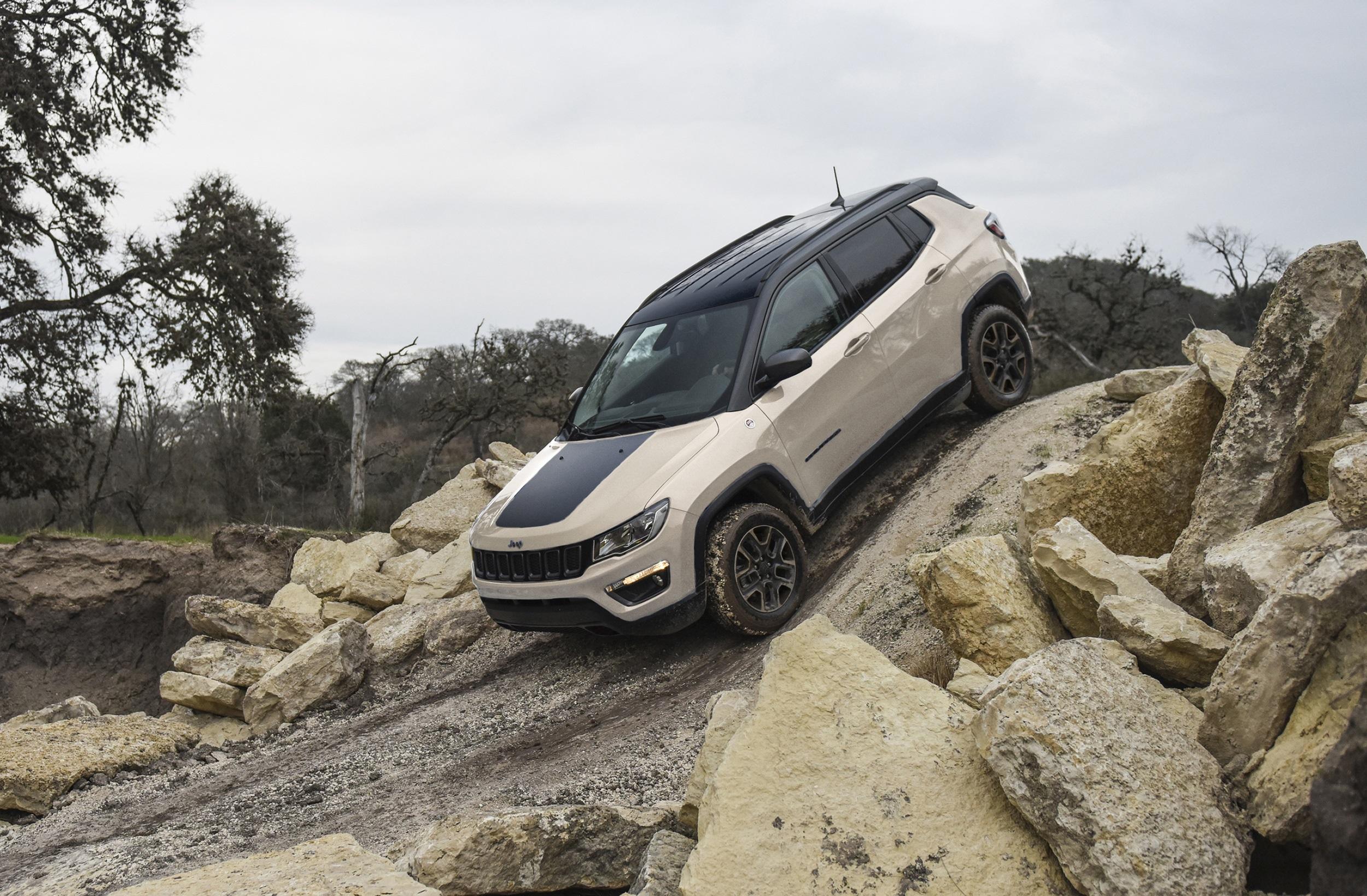 過酷なトレイルもラクに走破するコンパクトSUV「Jeep Compass」の限定車『Trailhawk』