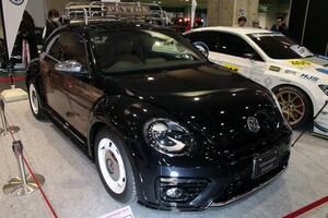 木目調のレトロなビートルに女性も興奮! VWが2台のコンセプトカーを出展【大阪オートメッセ2018]