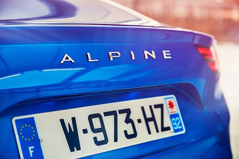 復活した新型アルピーヌA110はまるでスキーのような軽快な走りだった