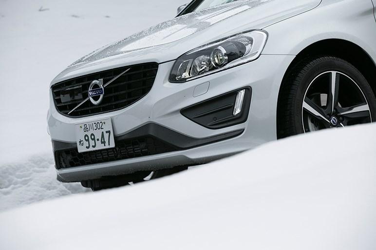 ボルボの最新ダブル過給エンジンのパワーは? XC60 T6で雪道ドライブ