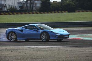 雨のフィオラーノで試す、フェラーリ F8 トリブート! スーパーカージャーナリスト 山崎元裕の印象とは?