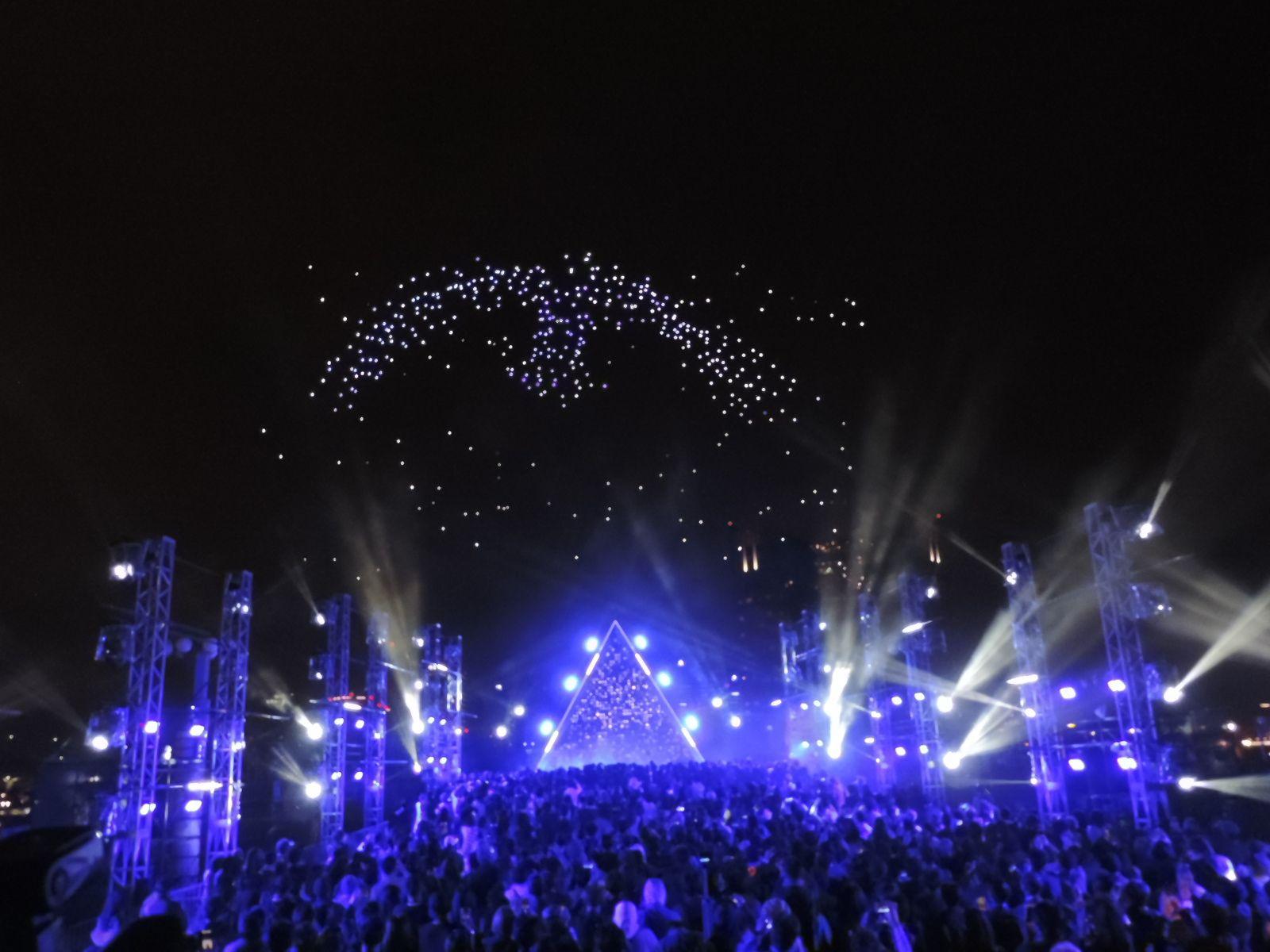 夜空を500機のドローンが乱舞するショー開催 東京モーターショー