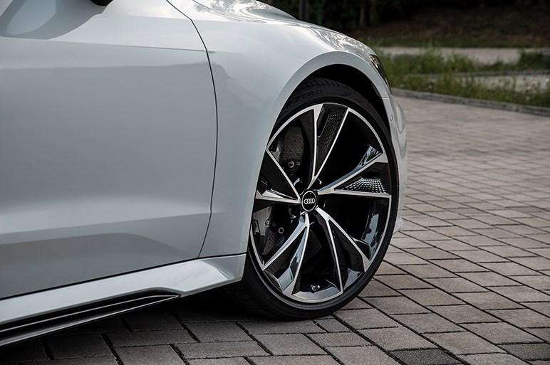 新型アウディRS7は全長5m超&全幅2m弱の大型ボディを持ち最高速は305km/h