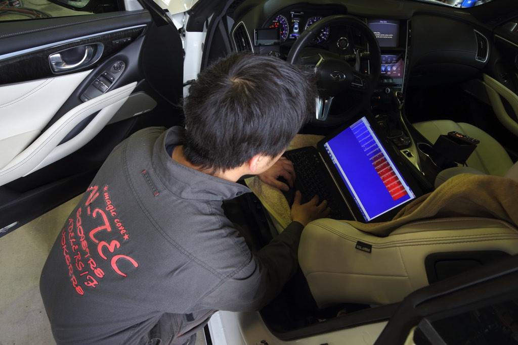 「日本初上陸!?」国内未発売の北米版スカイラインクーペを逆輸入! R35GT-R直系のツインターボエンジンVR30DDTTに迫る