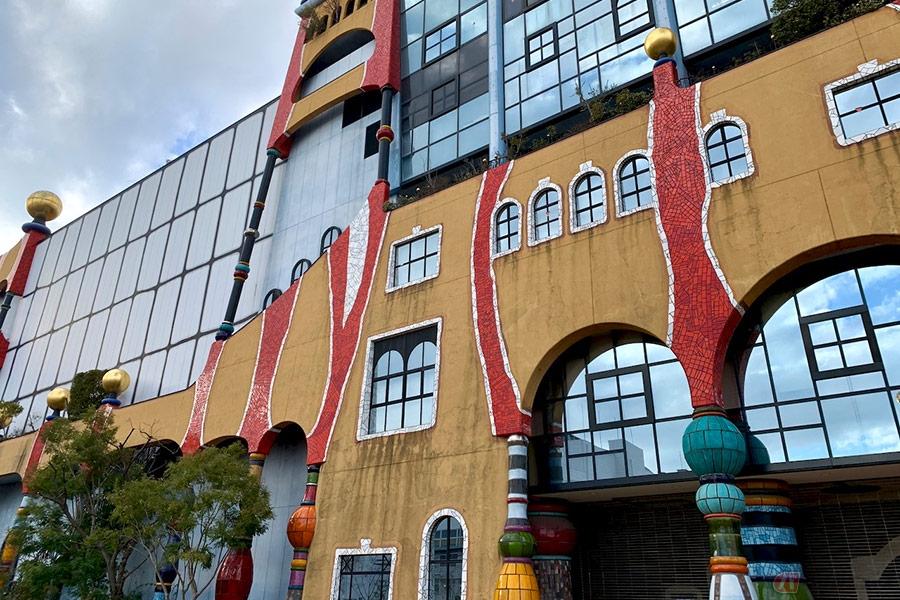 大阪の湾岸エリアにそびえ立つ巨大建造物! バイクで楽しむ寄り道スポット