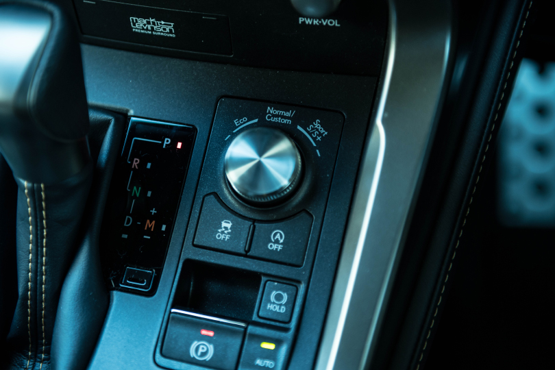 日本発のプレミアムSUVはなかなか見どころアリ!──レクサス NX300 F スポーツ試乗記