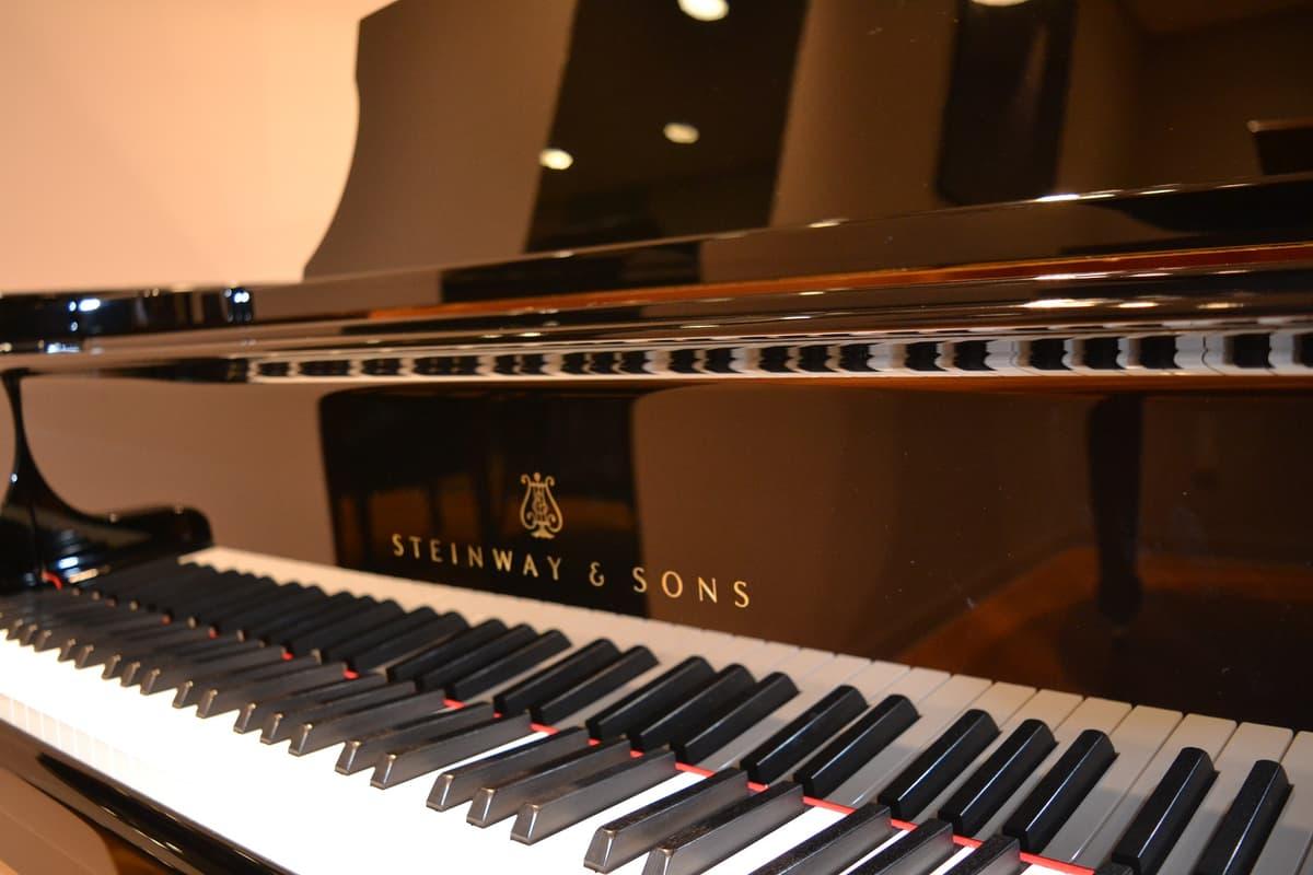 「メルセデス」のアメリカ進出のきっかけを作った高級ピアノメーカー「スタインウェイ」との深い絆