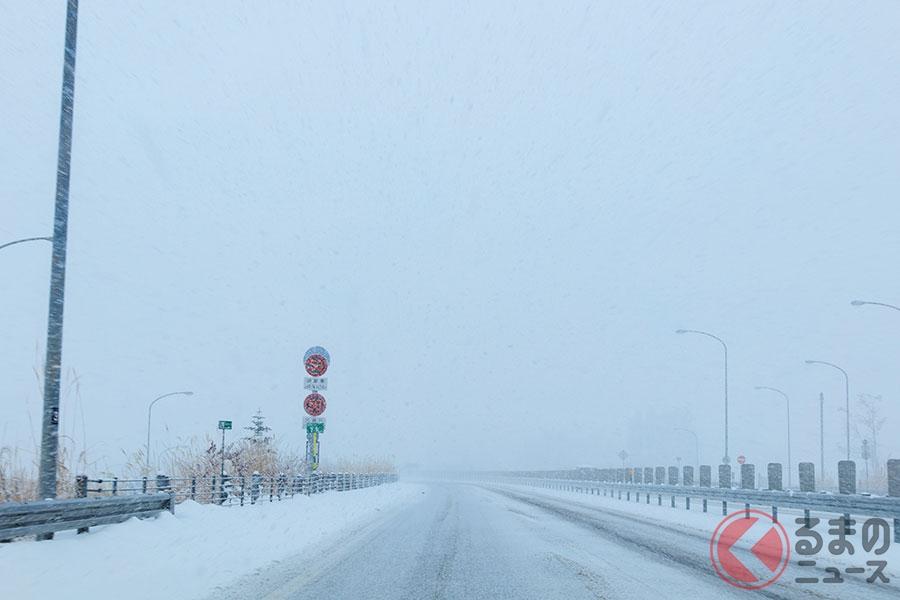 冬の高速道で多発する雪爆弾被害? 雪乗せ車の後ろが超危険な理由
