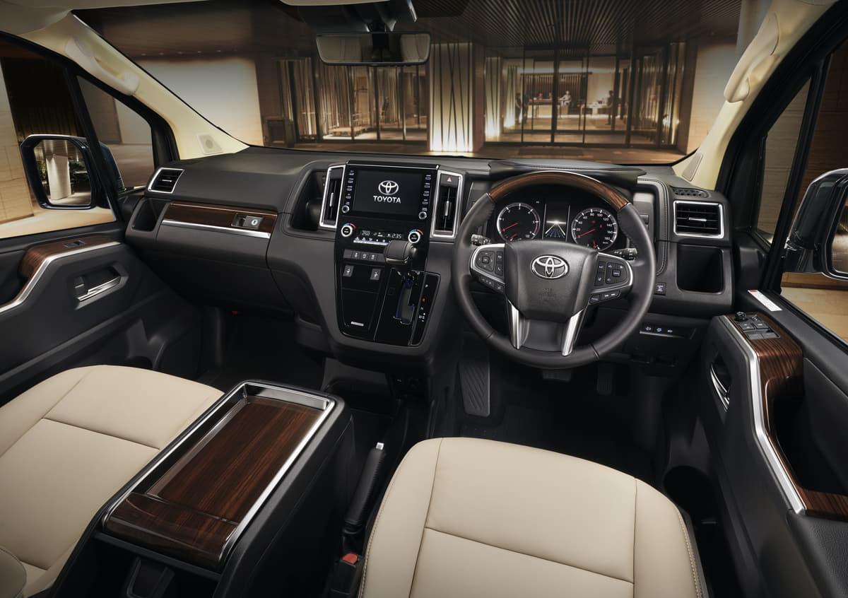 アル&ヴァルが可愛く見える! トヨタ・グランエースの「ドヤ感全開」衝撃カスタムモデル