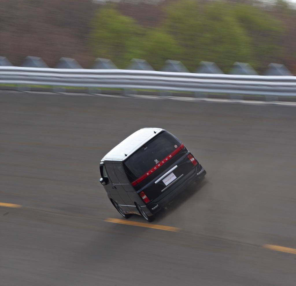 「時速220キロオーバーのミニバン!?」300馬力の過給機チューンでスポーツカーを追撃する魔改造エルグランド!