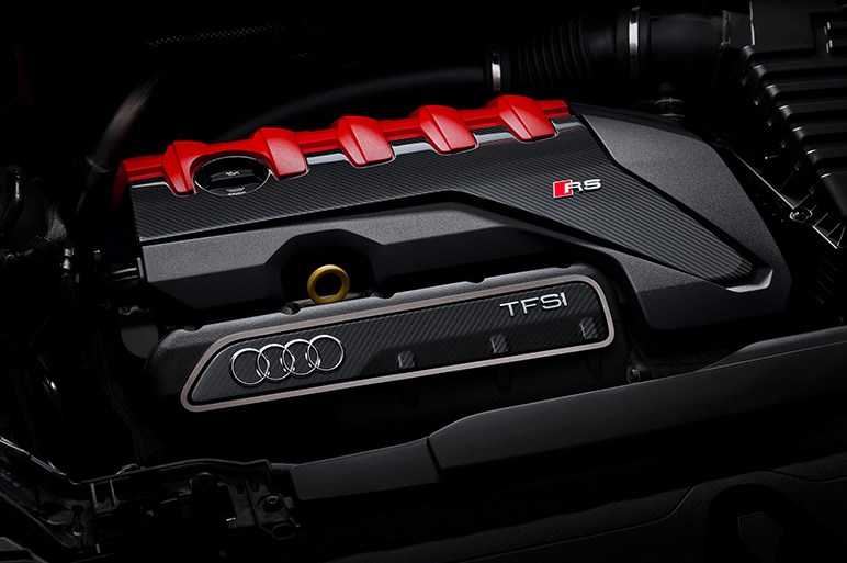 アウディのコンパクト高性能SUV・RS Q3は走りもデザインもベビーウルスだった