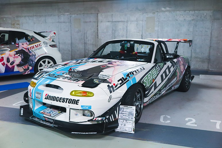 「痛車×コスプレ」がアキバで競演