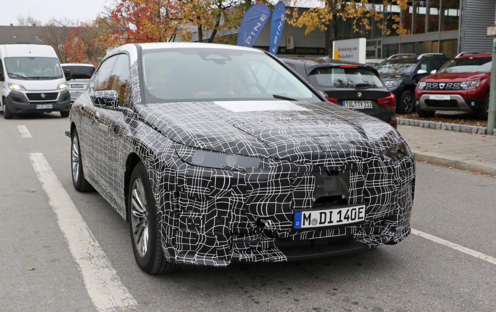【スクープ】インテリアが激写された「BMW iNEXT」のプロトタイプ、市販時の車名は「iX5」で決まり?