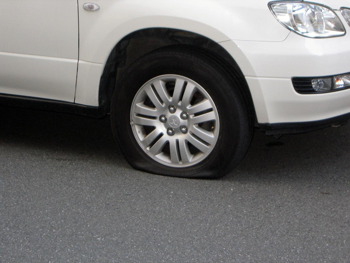 高速走行中が圧倒的に多い! パニック必至の「突然のタイヤのパンク」が起こる原因とは