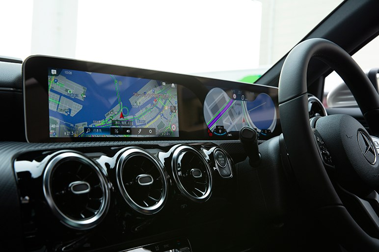 音声認識やデジタル画面が斬新なメルセデスAクラス。課題は固めの乗り味と価格