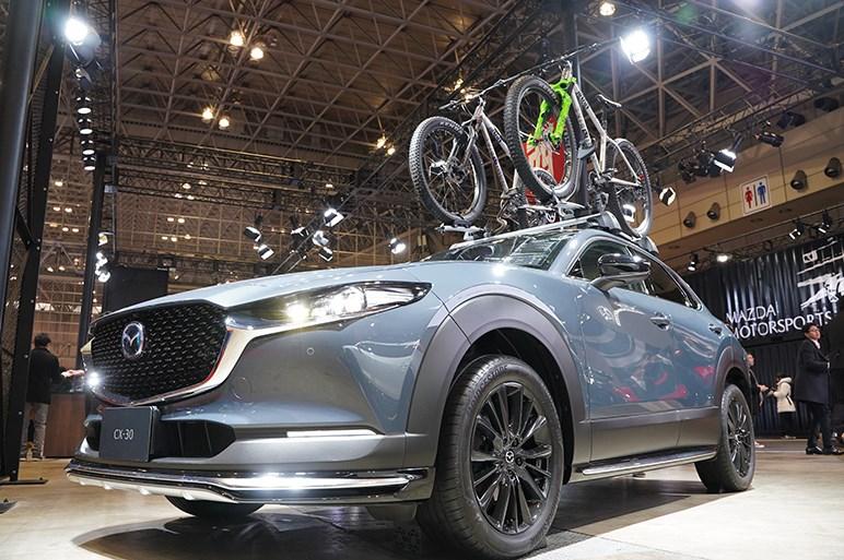マツダ CX-30 純正カスタムプラスちょい盛りの特別架装2台を提案 - 東京オートサロン