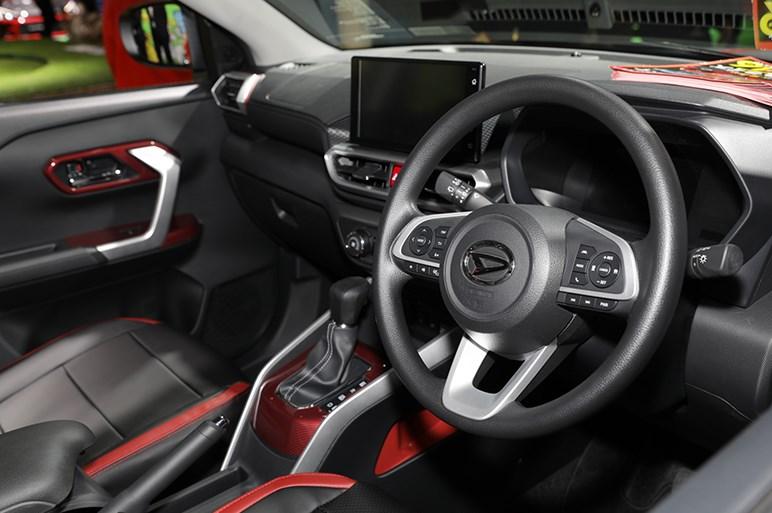 大人気のコンパクトSUV、ダイハツ ロッキーのスポーティスタイルは赤がキモ - 東京オートサロン