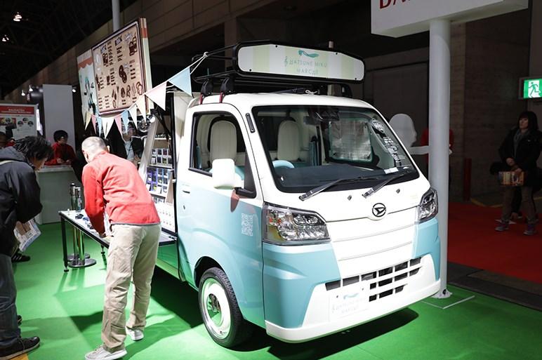 ダイハツ ハイゼット トラック、雑誌「PEAKS」や「初音ミク」とのコラボなど3台を出展 - 東京オートサロン
