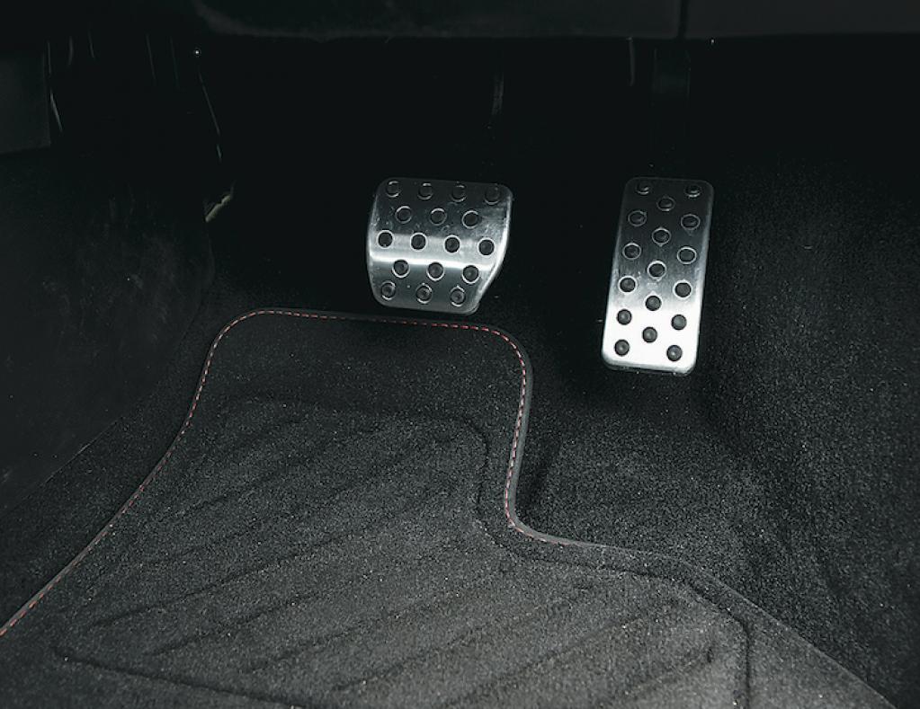 〈ルノー・トゥインゴ GT〉リヤエンジン・リヤドライブの独特なドライビングプレジャー【ひと目でわかる最新スポーツカーの魅力】