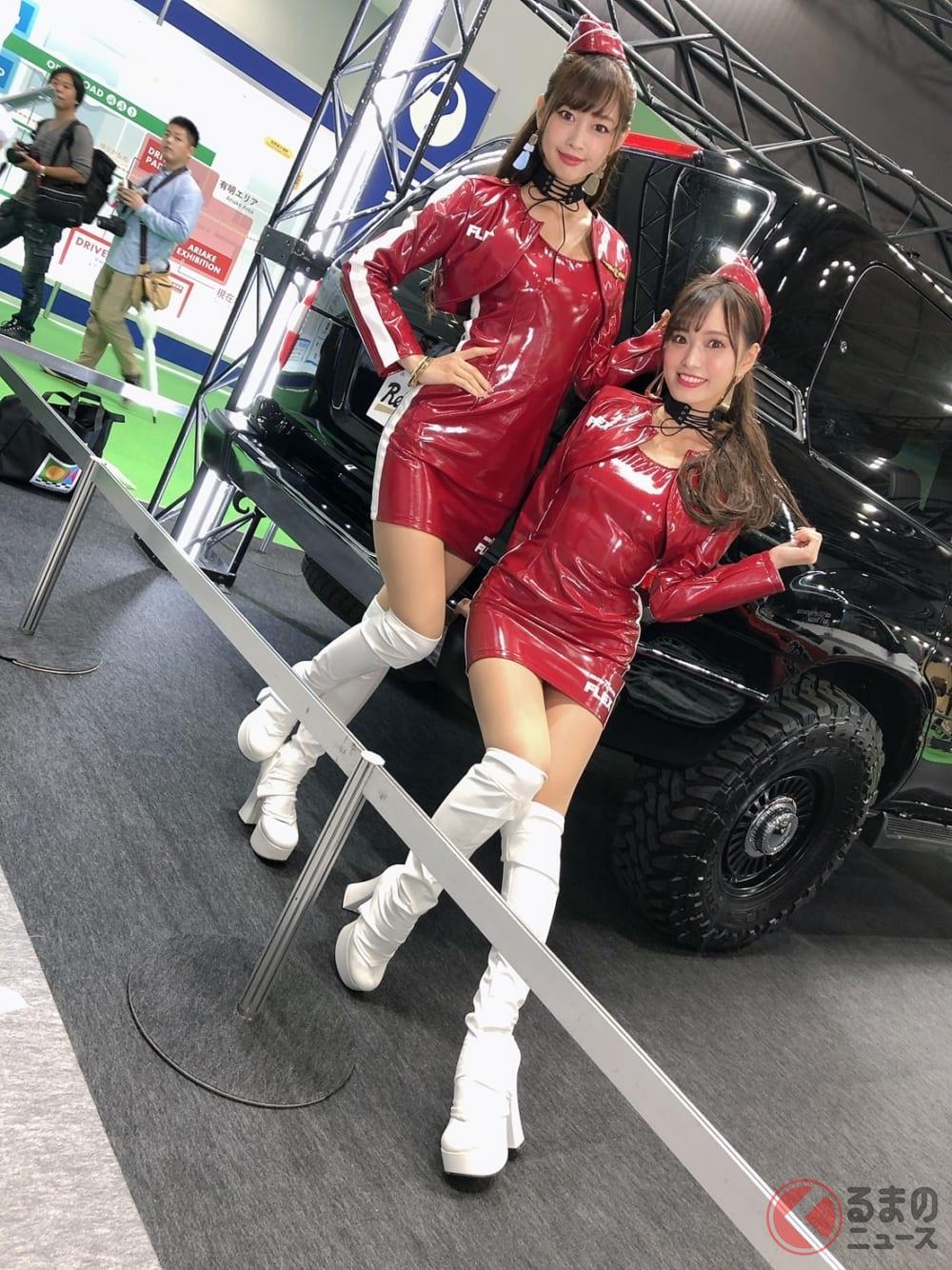 FLEXのコンパニオンは軍服オマージュのスポーティな衣装で登場!