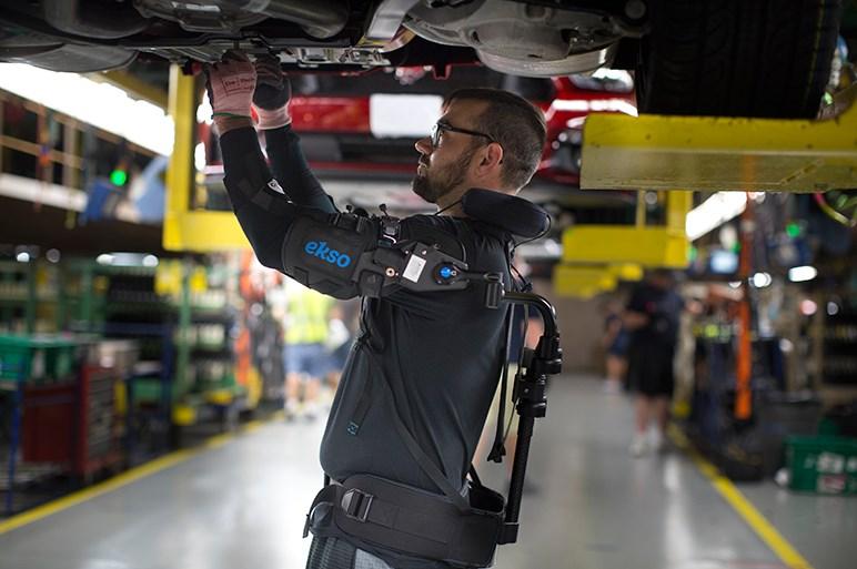 これも働き方改革!?  米フォードが工場にパワードスーツを導入