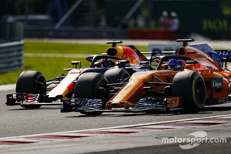レッドブル、アロンソ獲得を否定「彼は素晴らしいが、どこへ行っても混乱を招く傾向にある」 F1ニュース