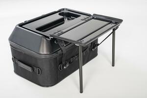 このシートバッグは荷物を詰めるだけじゃない。1つで2役、なんとテーブルに変形