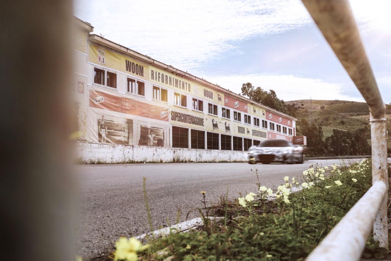 マセラティ MC20がタルガ フローリオに凱旋。プロトタイプで栄光の地をテストドライブ