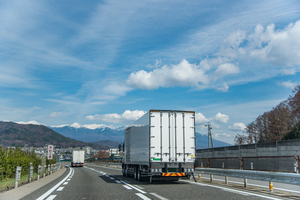 トラックが追い越し車線をひた走ってしまう理由…現役ドライバーの本音
