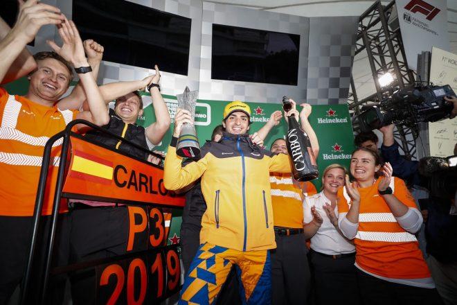 アルボンと接触のハミルトンにペナルティ。サインツが繰り上がりでF1初表彰台を獲得:ブラジルGP