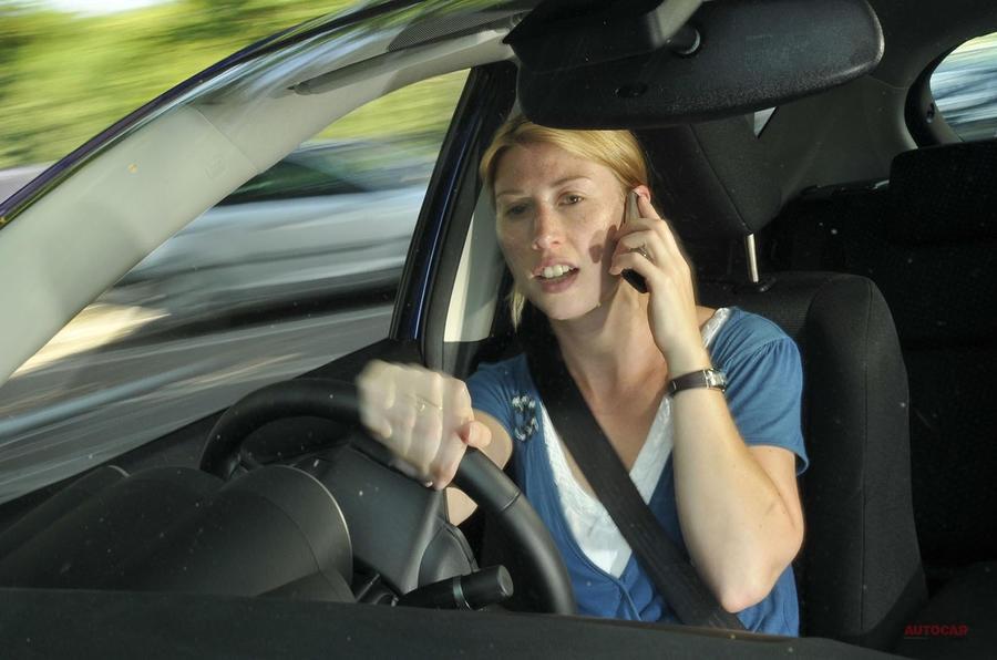 運転中の携帯使用 英国議員グループ、全面禁止を訴える ハンズフリー/データ通信を問わず