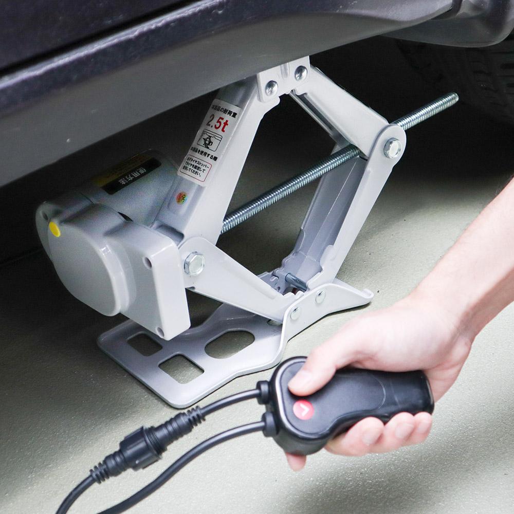 耐荷重2.5トンまでOK!タイヤ交換時もラクに車体を持ち上げるサンコーの電動ジャッキアップ