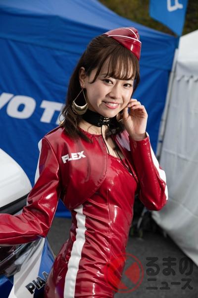 真紅の軍服オマージュ衣装で話題! 様々なイベントで人気の「FLEX GIRL」