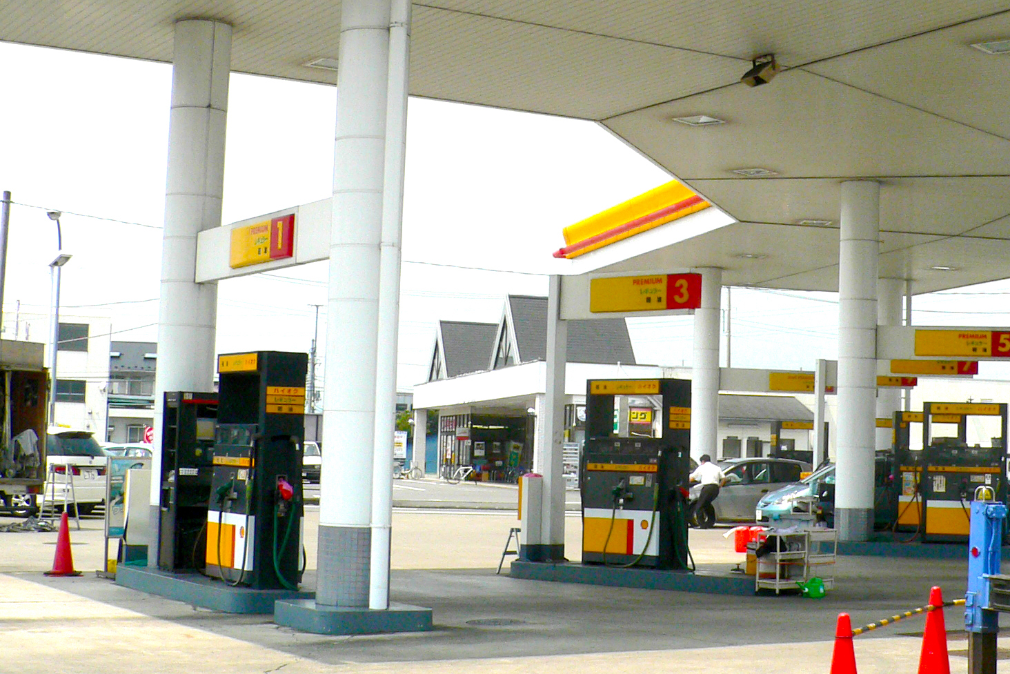 知ってた?ガソリンスタンドの床が傾いている理由