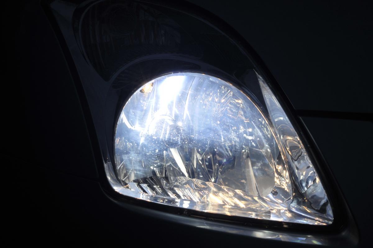 クルマのヘッドライトが暗いと感じたときの対処法5つ