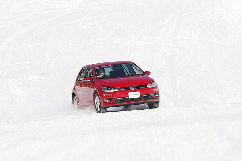 ミシュラン X-ICEはなぜ日本の冬に強いのか。プロの視点とみんカラユーザーレビューから検証する