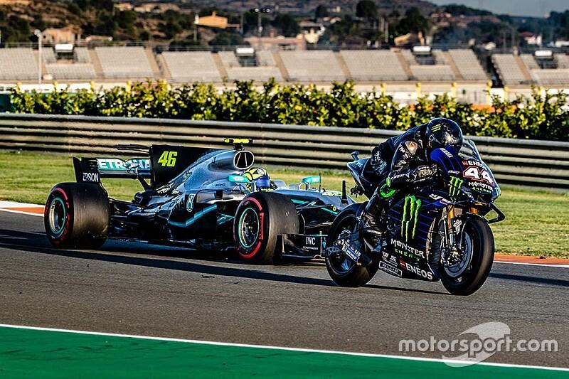 "F1王者ハミルトン、MotoGPの伝説ロッシが愛機を""交換""。バレンシアで夢の競演"