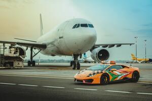 ランボルギーニ・ウラカン RWDが飛行場の安全を守る。ボローニャ空港にスーパー誘導車が就任