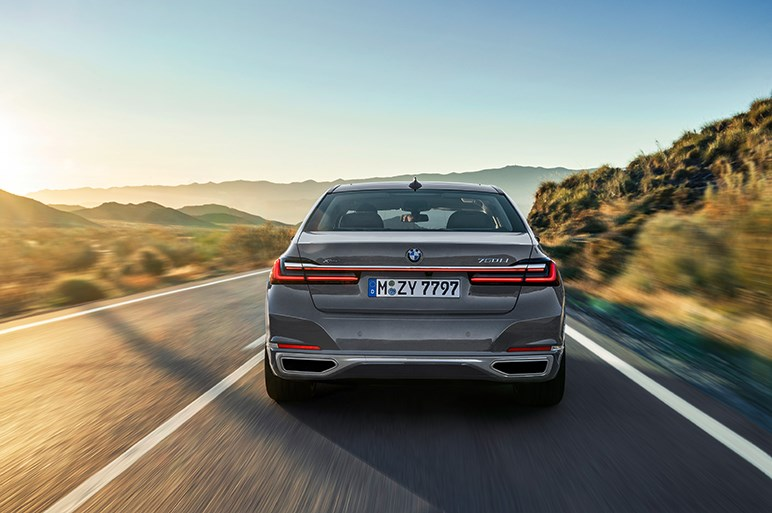 BMW、7シリーズのマイナーチェンジモデルを初披露。キドニーグリルが大型化し押し出しの強い顔に