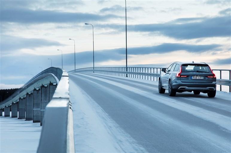 ハイト系のボルボV90クロスカントリーに初試乗。氷上4WD性能は?